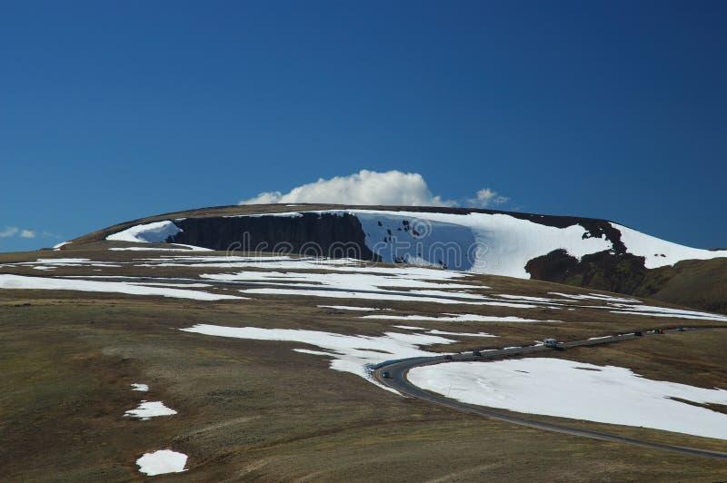 Conducción en parque nacional de la montaña rocosa imágenes de archivo libres de regalías