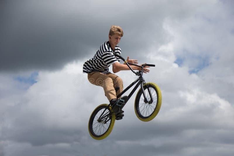 Conducción extrema en bicicleta. El piloto profesional está saltando en la bicicleta, con fotos de archivo libres de regalías