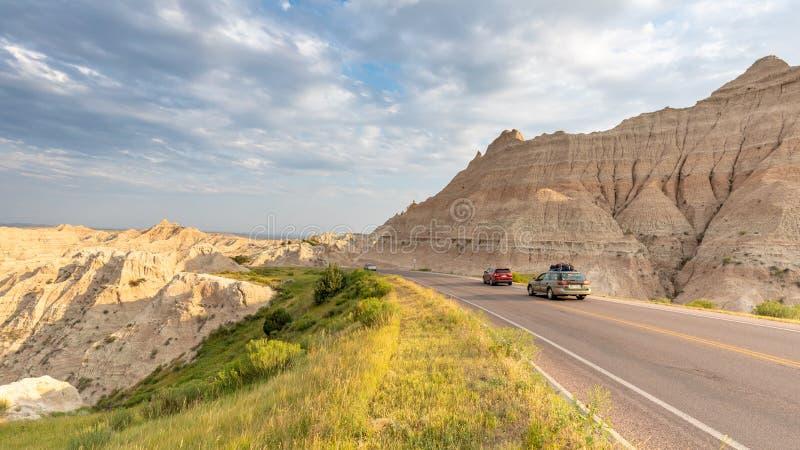 Conducción a través de parque nacional de los Badlands en el lazo escénico fotografía de archivo