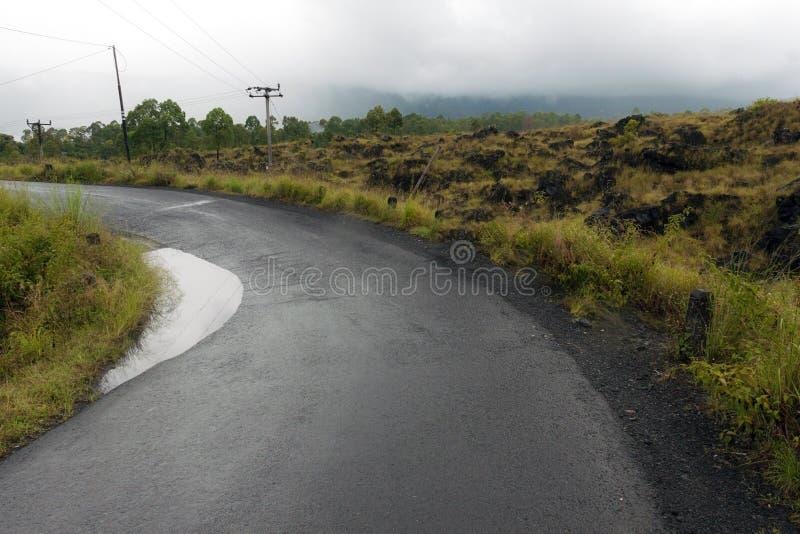 Conducción a través del camino del canto de la caldera entre vista del cráter extinto del volcán Batur fotos de archivo libres de regalías