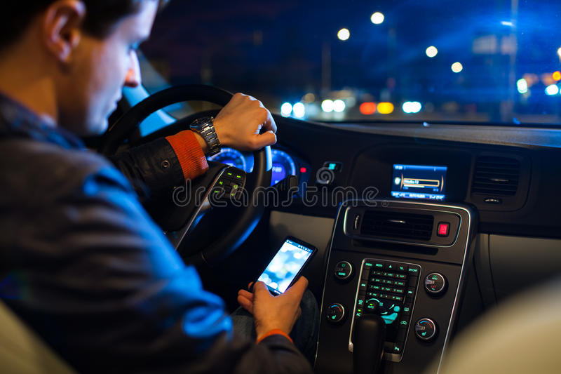 Conducendo un'automobile alla notte immagini stock libere da diritti
