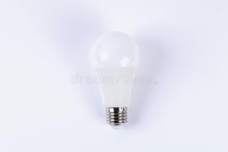 conducido Lámpara eléctrica del ahorro estupendo de la energía Fondo blanco de la bombilla de la nueva tecnología imagenes de archivo