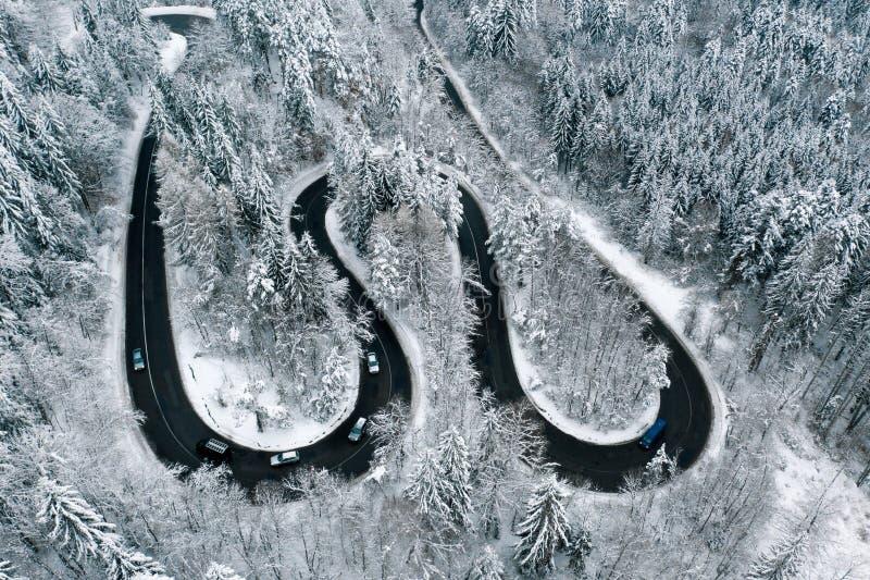 Conduciendo en condiciones del invierno en un canal de la carretera las montañas fotografía de archivo libre de regalías