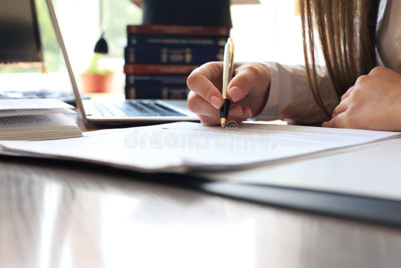 Conducta de la auditor?a un examen financiero oficial de individuos o de cuentas de organizaciones fotos de archivo