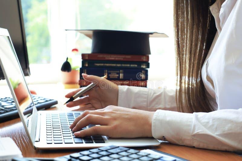 Conducta de la auditor?a un examen financiero oficial de individuos o de cuentas de organizaciones foto de archivo libre de regalías