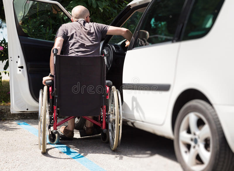 Conducteur adulte In Wheelchair Getting dans la voiture photographie stock