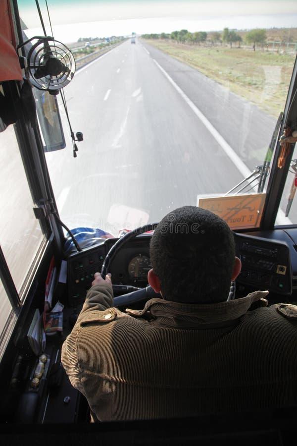 Conducteur conduisant l'autobus images libres de droits