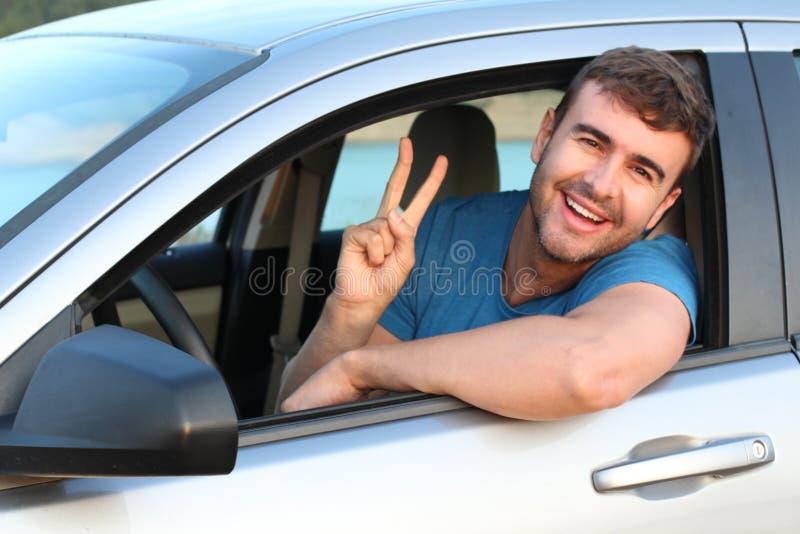 Conducteur décontracté montrant le signe de paix photo stock