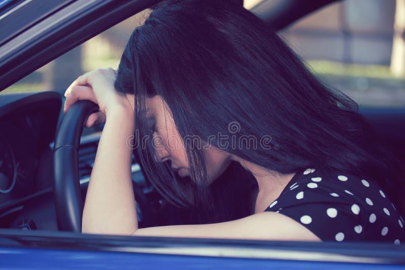 Conducteur déprimé de femme se reposant à l'intérieur de sa voiture photographie stock libre de droits
