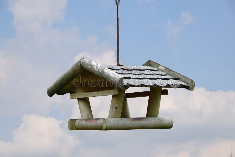 Conducteur d'oiseau, volière pour nicher, accrocher de boîte photographie stock libre de droits