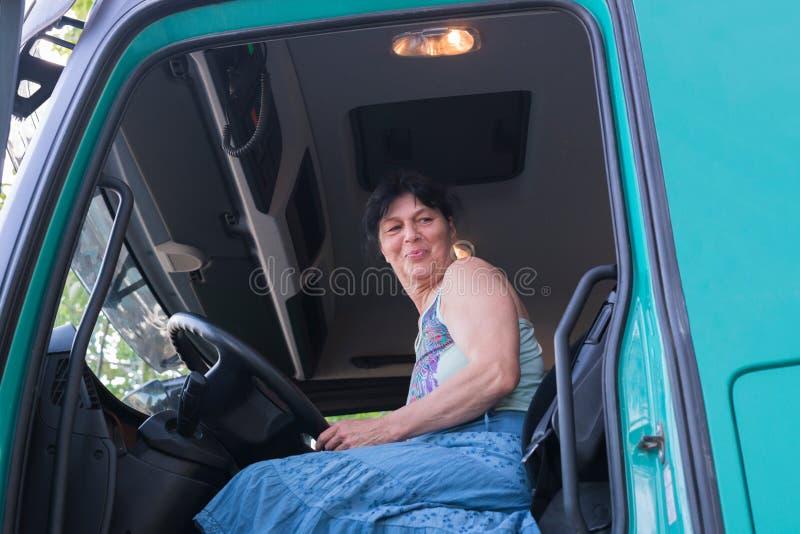 Conducteur d'un camion dans la cabine de conducteur photographie stock