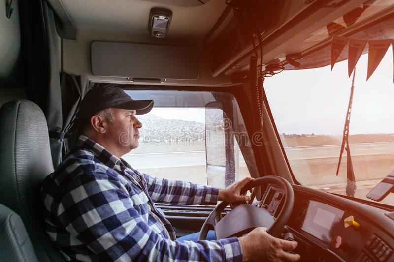 Conducteur dans la carlingue du grand camion moderne photo stock