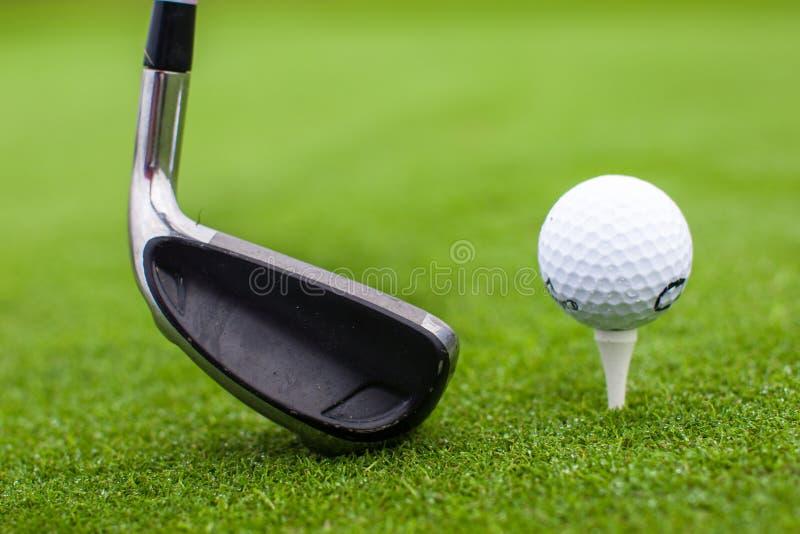 Conducteur de club de boule de tee de golf dans le cours d'herbe verte images libres de droits
