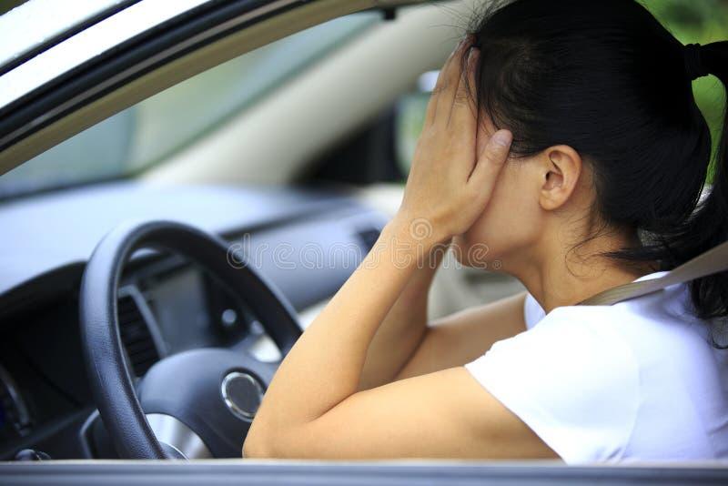 Conducteur de femme triste dans la voiture photographie stock