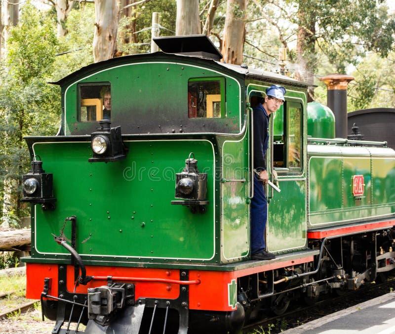 Conducteur de train sur un train de vapeur photos stock