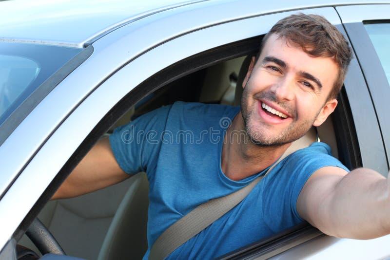 Conducteur de voiture beau prenant un selfie image stock