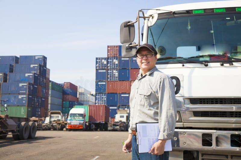 conducteur devant le camion de récipient photo stock