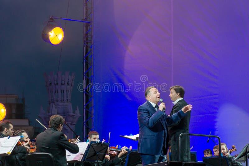 Conducteur dirigeant l'orchestre symphonique avec des interpr?tes sur le fond image libre de droits