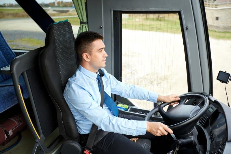 Conducteur heureux conduisant l'autobus interurbain image stock