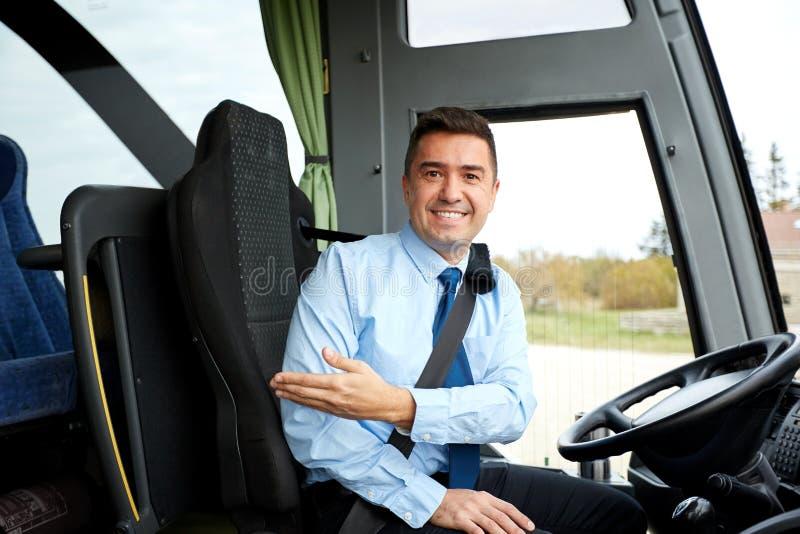 Conducteur heureux invitant à bord de l'autobus interurbain image stock
