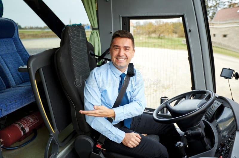 Conducteur heureux invitant à bord de l'autobus interurbain photographie stock libre de droits