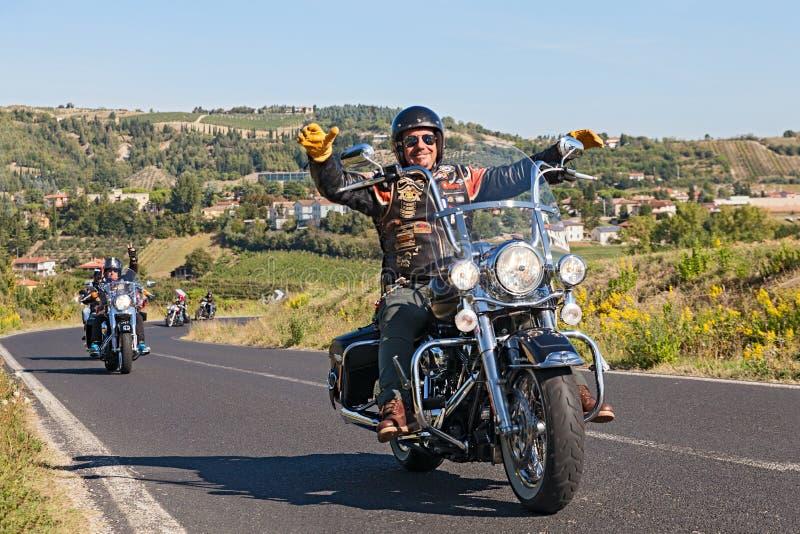 Conducteur heureux montant Harley Davidson photo libre de droits