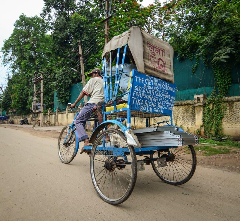 Conducteur indien de trishaw fonctionnant sur la rue photo stock