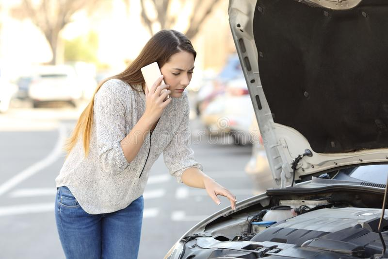 Conducteur inquiété avec la panne de voiture appelle l'assurance photos stock