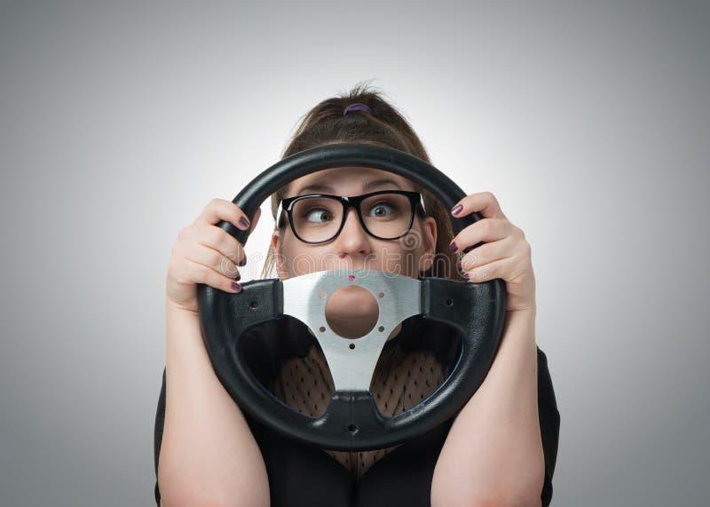 Conducteur polarisé de fille avec un volant photo stock