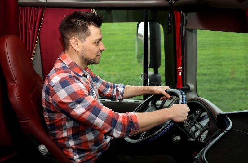 Conducteur professionnel se reposant dans la cabine du camion photo libre de droits