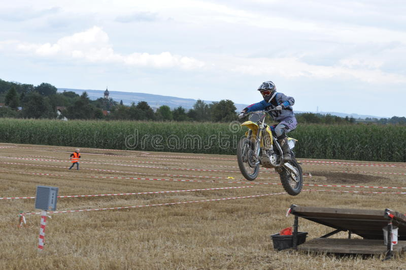 Conducteur sautant de motocross images stock