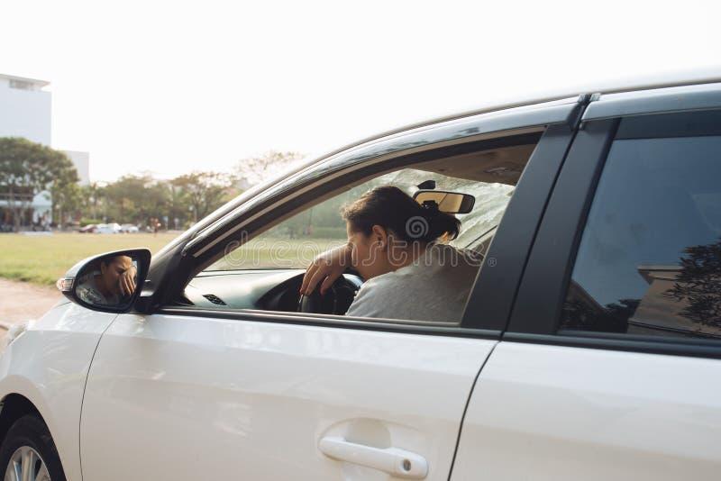 Conducteur soumis ? une contrainte de femme se reposant ? l'int?rieur de sa voiture photos libres de droits