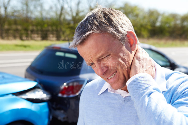 Conducteur Suffering From Whiplash après collision du trafic photo stock