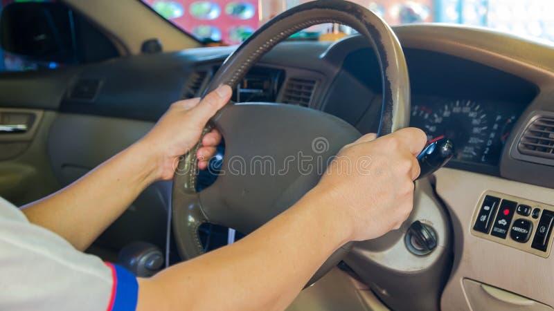 Conducteur vérifiant la voiture avant service utilisé ou machanic image libre de droits