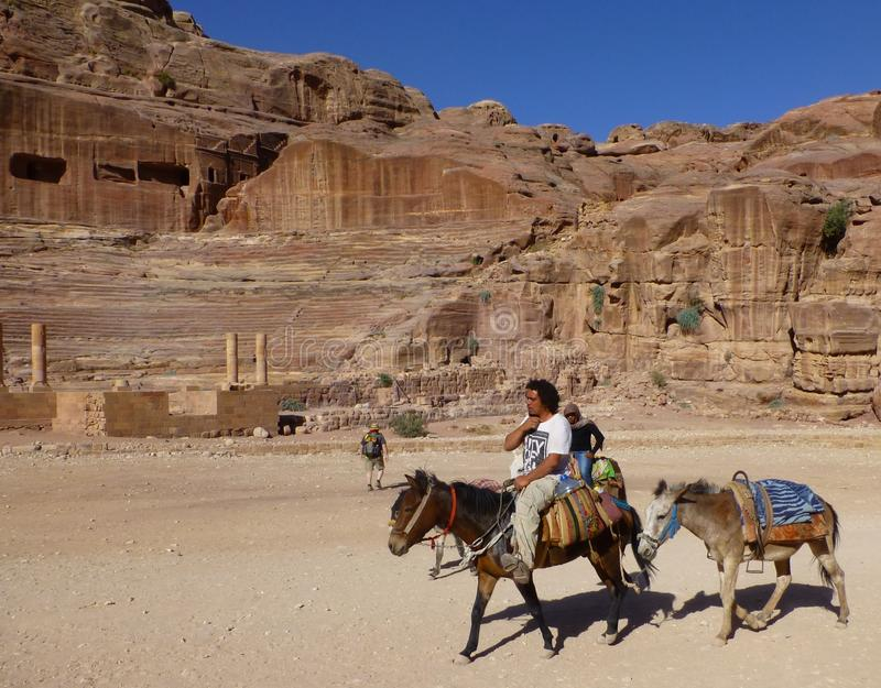 Conducteurs d'âne dans la ville antique de PETRA, Jordanie images stock