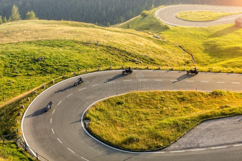 Conducteurs de moto montant dans la route alpine Photographie extérieure photo libre de droits