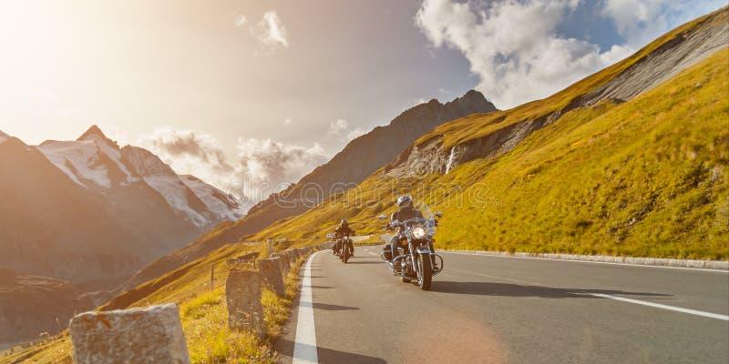 Conducteurs de moto montant dans la route alpine sur Hochalpenstrasse célèbre, Autriche, l'Europe photo libre de droits