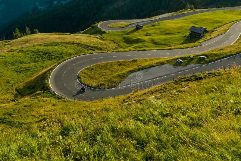 Conducteurs de moto montant dans la route alpine sur Hochalpenstrasse célèbre, Autriche, l'Europe images stock