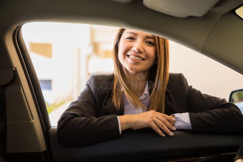 Conductor bastante femenino listo para un viaje fotos de archivo
