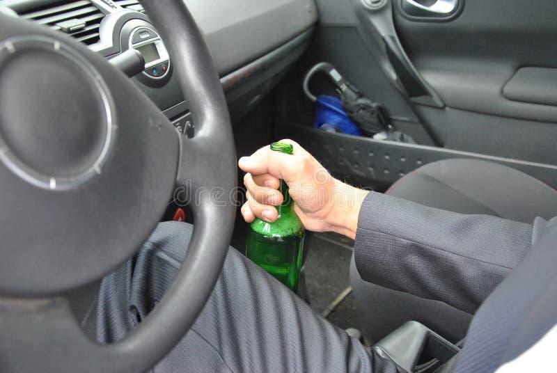 Conductor borracho con la botella imágenes de archivo libres de regalías