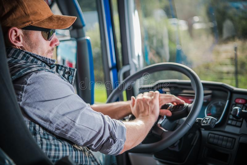 Conductor de camión en la cabina imagenes de archivo