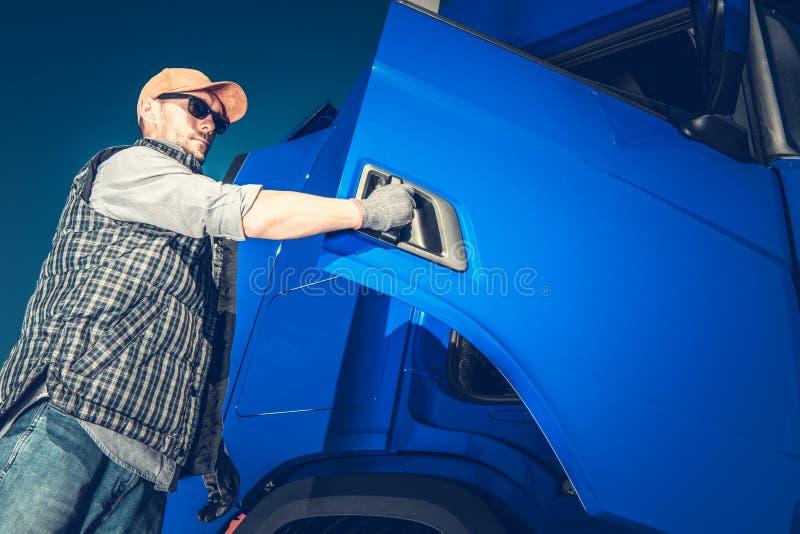 Conductor de camión Hit el camino fotos de archivo libres de regalías