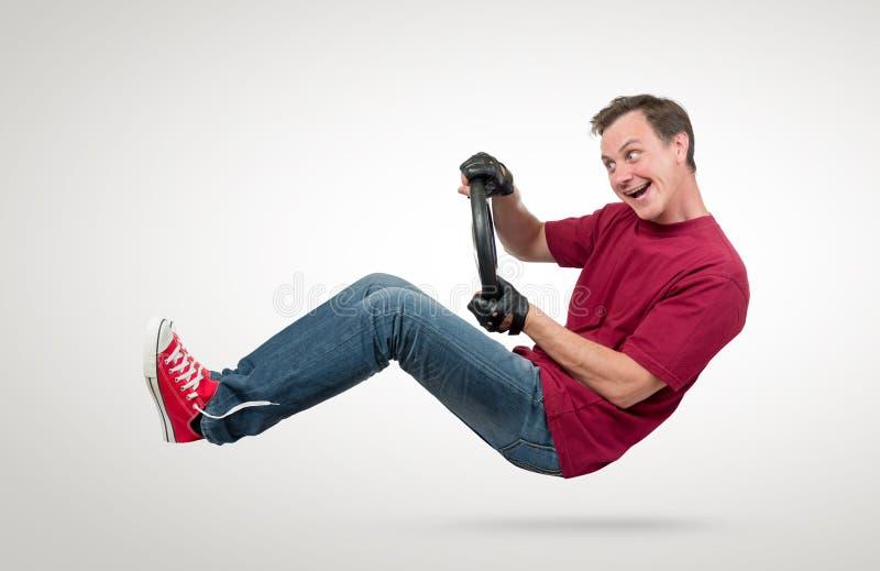 Conductor de coche divertido del hombre con una rueda, concepto auto imagenes de archivo