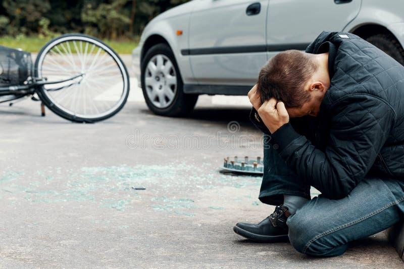 Conductor de coche irresponsable después del incidente peligroso en los wi del camino fotos de archivo