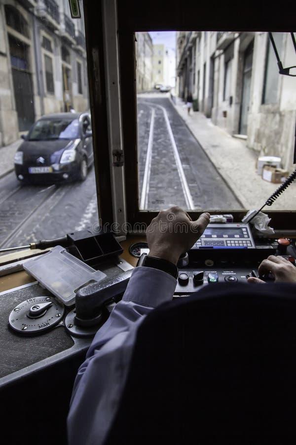 Conductor de la tranvía de Lisboa fotografía de archivo