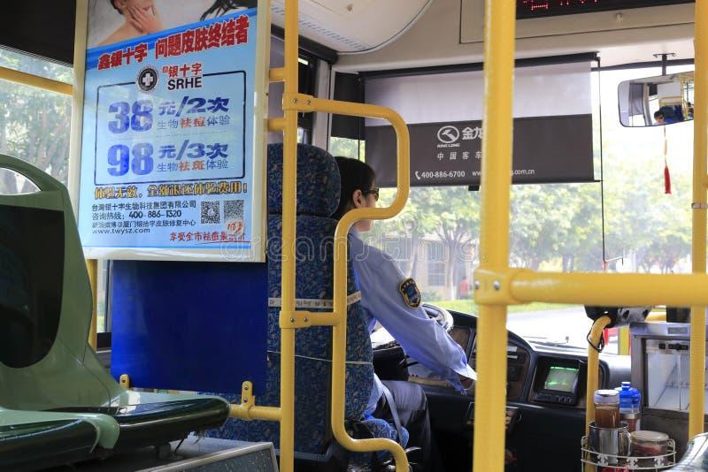 Conductor del autobús que se sienta en su autobús en ciudad amoy fotos de archivo