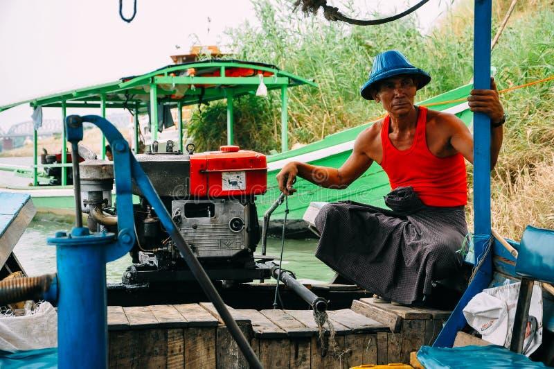 Conductor del barco en el río de Irrawaddy cerca de Bagan imagen de archivo libre de regalías