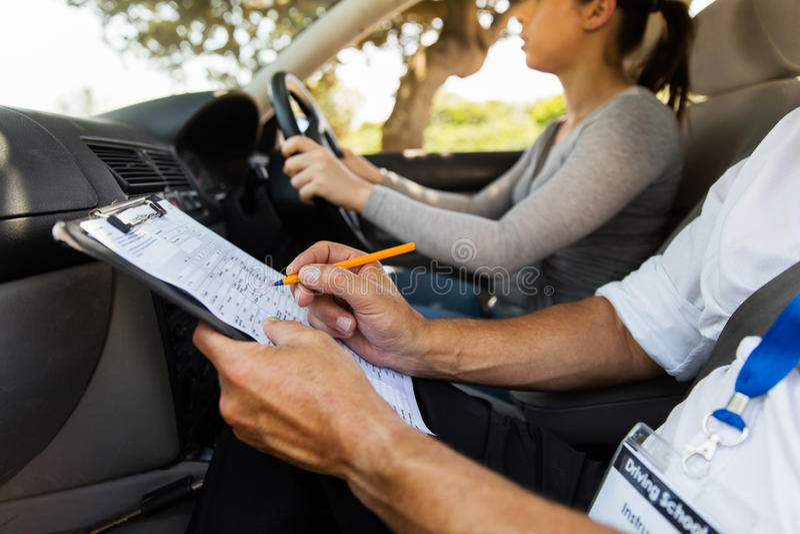 conductor del estudiante del instructor de conducción imagen de archivo libre de regalías