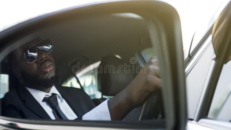 Conductor del negocio que se sienta en auto, perdiendo tiempo en atasco, vida agotadora imagen de archivo