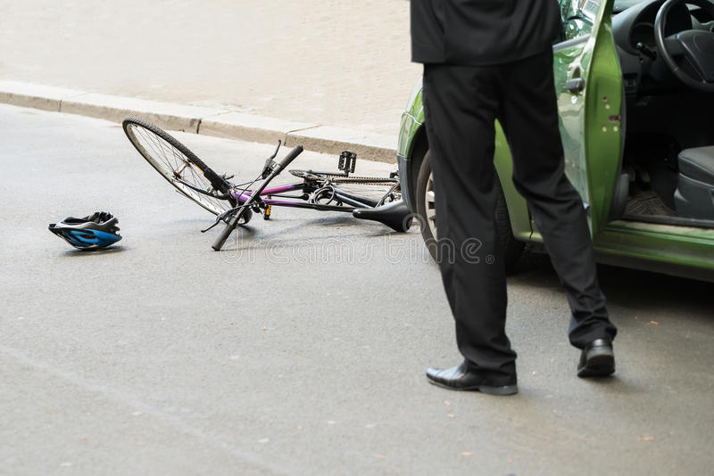 Conductor después de la colisión con la bicicleta imagen de archivo